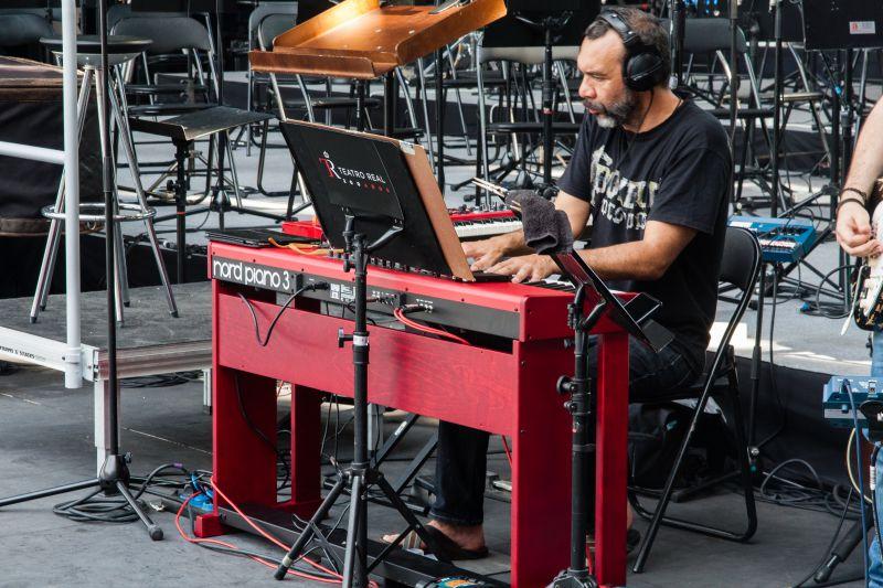 Basilio Martí, con el Nord Piano 3 durante los ensayos previos al concierto.